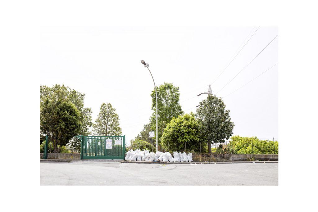 sacchi di rifiuti attorno ad un lampione