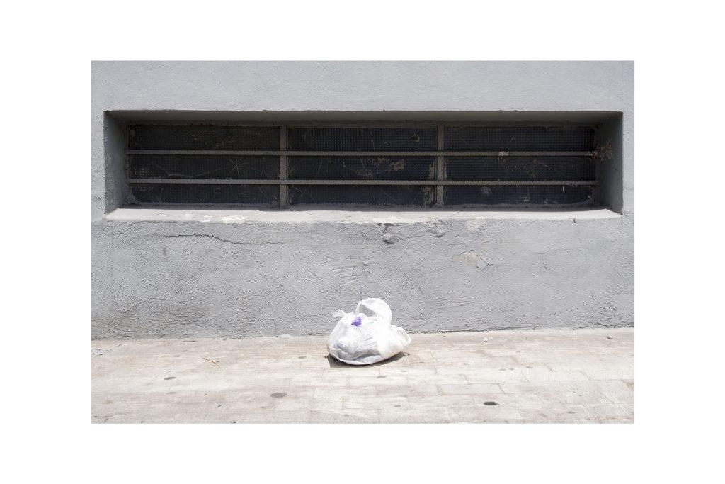 sacchetto di spazzatura sul marciapiede