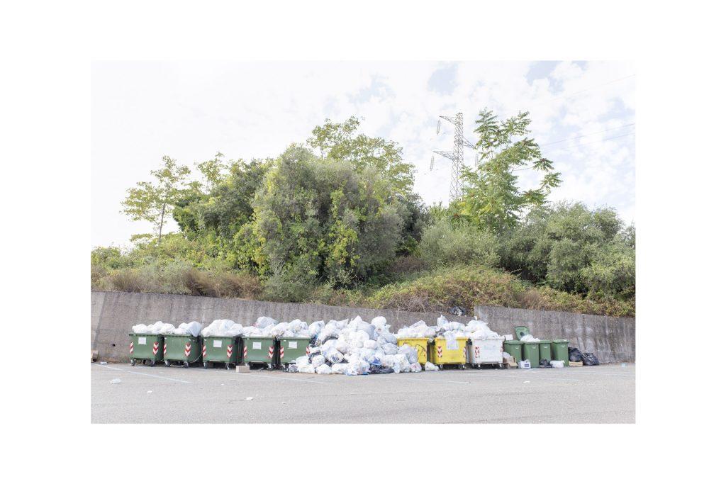 cassonetti colmi di rifiuti