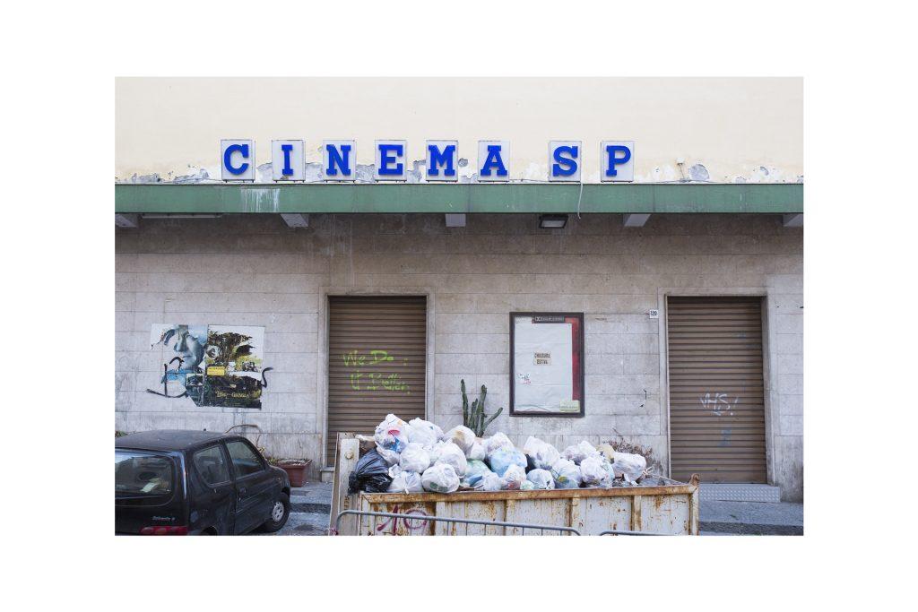 rifiuti depositati davanti a un cinema