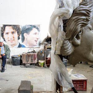 Il maestro Camillo Ardizzone, il carrista più anziano, ed il mascherone di Justin Trudeau.